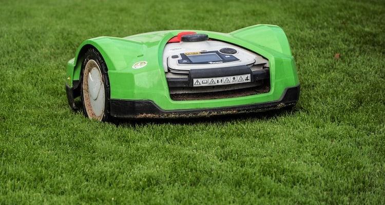 Grüner Rasenmäher