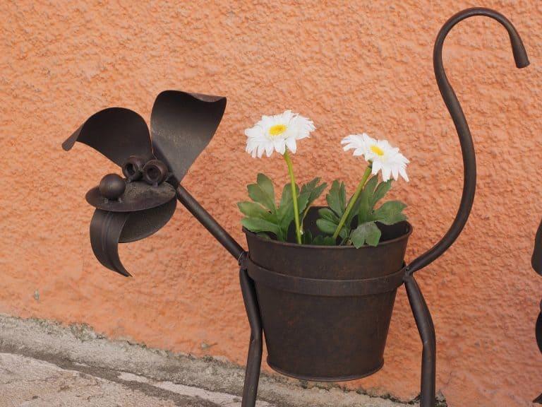 Blumenständer als Metall in Hundeform