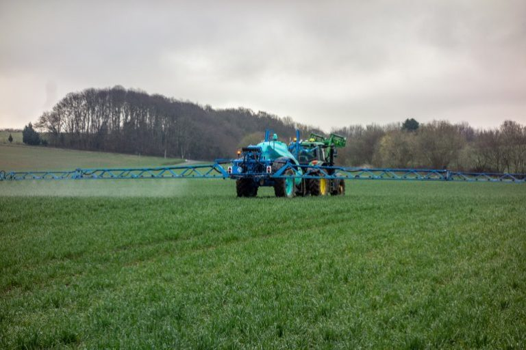 Eine landwirtschaftliche Maschine auf einem Feld